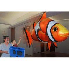 Poisson volant radiocommandé Gonflable à l'hélium télécommandé   Il nage dans l'air avec un mouvement incroyablement lisse qui ressemble à celui d'un vrai poisson. Ce ballon poisson clown dirigeable s'utilise en intérieur, même dans la plus petite des pièces (non recommandé pour une utilisation en extérieur), afin d'amuser vos enfants les plus jeunes.