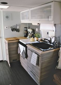 Vintage camper interior remodel ideas lovely decorating ideas for your airstream rv trailer and more - Creative Maxx Ideas Interior, Home, Vintage Camper Interior, Remodeled Campers, Kitchen Remodel, Interior Remodel, Kitchen Design, Camper Living