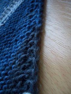 Der Schal wird diagonal kraus rechts gestrickt. Wichtig ist die Kantengestaltung - mit der hier angegebenen Variante wird eine sehr sauber aussehnde Kante erzielt. Material: 1 Strang Hummingbird Al...