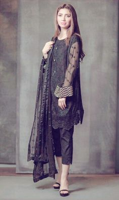 Bridal Sharara Designs For Wedding Latest Collections 2018 Black Pakistani Dress, Simple Pakistani Dresses, Pakistani Dress Design, Indian Dresses, Pakistani Couture, Pakistani Fashion Party Wear, Pakistani Outfits, Indian Outfits, Indian Fashion