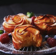 INGREDIENTS sheets puff pastry cup cream cheese 3 tbsp sugar cinnamon 1 apple 1 tbsp lemon juice 3 tbsp water LET'S GET COOKING… Take out the core and thinly slice the apple. Tart Recipes, Apple Recipes, Sweet Recipes, Dessert Recipes, Cooking Recipes, Coctails Recipes, Drink Recipes, Just Desserts, Delicious Desserts