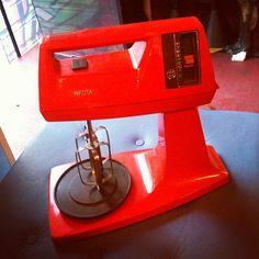 #Batedeira da #Walita, década de #1980, oito velocidades (R$ 270). Aos domingos a loja abre das 13h às 20h. (at Antiquário XIII)