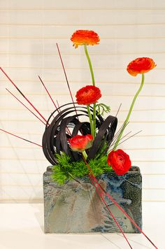 Ikebana by FoToZaTooS, via Flickr  interesting contrast between soft and hard line