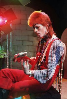 In David Bowie released his third album called The Man Who Sold the World . On the record cover, Bowie is pictured reclining on a chai. Angela Bowie, Glam Rock, A Saucerful Of Secrets, Duncan Jones, Ziggy Played Guitar, El Rock And Roll, David Bowie Ziggy, Rock & Pop, Harajuku