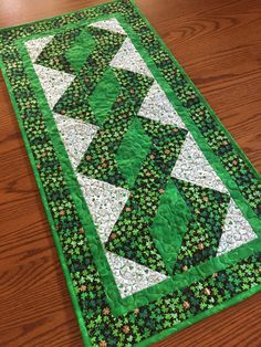 Exceptionnel This Lovely Table Runner Top Was Pieced Using Shamrock Print Fabric. The  Machine Sewn Binding Is The Same As The Inner Border. I Machine Quilted It  Using ...