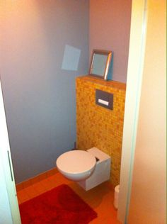 Taupe tegels op de vloer met grapje achter het toilet portfolio keukens badkamers van ennovy - Grijze wand taupe ...