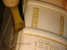 """Particolare della rifinitura dei """"nervi"""".  #legatoria #legatoriaviali #viterbo #rilegature #bookbinding #bookbinder #rilegatura #artesan #artigianato #artigiano #italie #italia #rilegare #libri #books #artigianatoartistico #rilegatore #igersitalia #igersviterbo #tuscia #montaigne #saggi #libro #incisione #punzoni #fattoamano #handmade"""