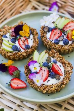 Indulgent Desserts to Bring to New Year's Brunch These granola breakfast tarts look absolutely deliciousThese granola breakfast tarts look absolutely delicious Biscuits Anzac, Brunch Recipes, Dessert Recipes, Snacks Saludables, Cooking Recipes, Healthy Recipes, Healthy Food, Healthy Fruits, Healthy Kids