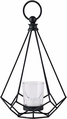 Das Windlicht von Home affaire präsentiert sich in eleganter Optik. Die einzelnen Metallstränge ergeben die Form eines Diamanten, wobei mittig ein Glaseinsatz für eine Kerze vorhanden ist. Der Ring oberhalb rundet das Design schön ab und dient zudem als Tragehilfe oder Aufhängung.