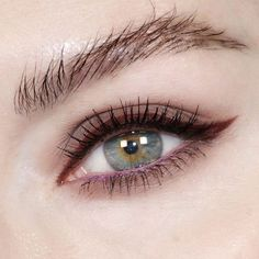 Mascara allows you to darken and extend your eyelashes to true movie starlet glamour, and forms the central piece of many women's make up bags. Get the most from this essential bit of make up kit with these three essential mascara tip Makeup Inspo, Makeup Inspiration, Style Inspiration, Eyeliner Styles, Eye Liner Tricks, How To Apply Eyeliner, Eyeliner Tutorial, Smokey Eye Makeup, Smoky Eye