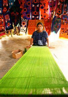 El pueblo mexicano creando arte con telares. Herencia precolombina que se mantienen vivas en los distintos poblados del interior de #Mexico.