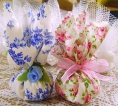 Sachês~ These are so much like the ones I make and keep to give to Guests who visit my Home~ Kimberly Stanley Sewing Crafts, Sewing Projects, Projects To Try, Wedding Favors, Party Favors, Vintage Tea Parties, Scented Sachets, Lavender Bags, Jar Gifts
