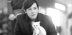 What's cuter than Lee Hong Ki with a kitten? Lee Hong Ki kissing a kitten!