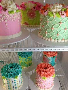 Pretty little cakes Fancy Desserts, Fancy Cakes, Mini Cakes, Cupcake Cakes, Pretty Cakes, Cute Cakes, Beautiful Cakes, Amazing Cakes, Cake Decorating Videos