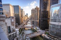 Aerial views of Chicago is worth every penny but seeing that without paying an entrance fee is a bonus. Read on where and when to see the exceptional panoramic views of downtown from top Chicago rooftops on a budget. Rooftop Chicago, Chicago Bars, Chicago River, Chicago Things To Do, Places In Chicago, Visit Chicago, Chicago Photos, Chicago Attractions, Chicago Vacation