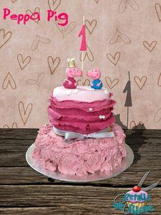 Tarta fondant Peppa Pig: bescuit de vainilla relleno de chocolate en un piso y nata, queso y fresas del bosque en otro.