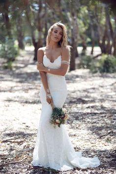 Sexy Bohemian Boho vintage trouwjurk met open rug op maat. Prachtige bruidsjurk gemaakt van kant met v hals halslijn. Deze bruidsjurk kun je in ons atelier laten maken in alle maten en kleuren.