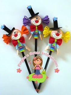 Pingos e Gotas: Marcador de Páginas em EVA Clown Party, Circus Party, Foam Crafts, Diy And Crafts, Crafts For Kids, Circus Crafts, Clay Pen, Pen Toppers, Circus Decorations