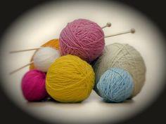 Vous êtes stressée, surmenée ? Mieux qu'une boule anti-stress, mettez-vous au tricot !    Téléchargez  le tutoriel Echarpe triangle .   ...