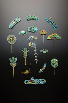 Powered by Translate * SIXTEEN CHINESE GILT METAL AND KINGFISHER FEATHER ITEMS QING DYNASTY Variously formed as hairpins, head ornaments and a brooch decorated with foliate designs, insects, birds, bats, shou characters and ruyi-heads, 10.5cm max. (16) Provenance: a private collection, London.