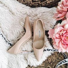 Flowers and natural.Manolo Blahnik give you that want like. Crazy Shoes, New Shoes, Manolo Blahnik Hangisi, Pumps, Heels, My Boyfriend, Girly Girl, Outfit Of The Day, Shoe Bag