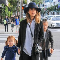 Look de la semaine : Jessica Alba et Kourtney Kardashian, mamans stylées !