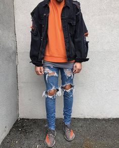 Keep your outfit laid-back in a black trucker jacket and blue destroyed slim jeans. Got bored with this outfit? Enter orange low top sneakers to change things up a bit. Keep the autumn blues at bay in a dapper getup like this one. Style Streetwear, Streetwear Fashion, Style Casual, Swag Style, Tomboy Outfits, Cool Outfits, Style Hip Hop, Modern Mens Fashion, Men Fashion