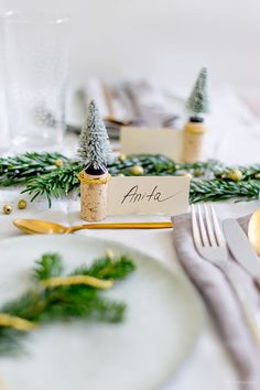 Create yourself a merry little Christmas: Selbstgemachte Tischkar. Christmas Brunch, Christmas Home, Diy Party Dekoration, Cork Place Cards, Merry Little Christmas, Create Yourself, Table Settings, Homemade, Table Decorations
