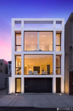 Tucked away on a serene block in the heart of Mission Dolores, 50 Oakwood is an oasis in the heart of the city. Designed by renowned architect Stanley Saitowitz of Natoma Architects, 50 Oakwood is an exceptional blend of modernity and classicism. House Windows, Facade House, Townhouse Exterior, Townhouse Designs, Narrow House, Modern Mansion, Modern Houses, Dream House Exterior, Building Design