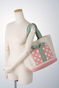 プレゼントBOX型のポケットがアクセント♪季節を問わず一年中使える素材です。ポケットは計4個あり、デザインだけでなく仕様にもこだわった使えるトートバッグです。...|ハンドメイド、手作り、手仕事品の通販・販売・購入ならCreema。