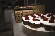 Brioșe cu ciocolată și cireșe Middle Eastern Recipes, Muffin, Cake, Desserts, Christmas, Coffee, Friends, Food, Pie Cake