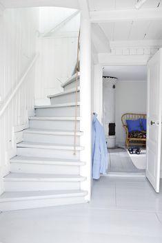 Vit trappa med panel på väggen