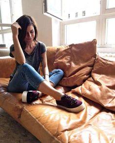Im Laufe ihrer Karriere hat sich Lena Meyer-Landrut ziemlich verändert. Inzwischen zeigt sie sich in modischen Looks und variiert dabei durchaus ab und zu ihren Stil. Auf Instagram zeigt Sie sich nun mit cooler Jeans, lässigem Shirt und Turnschuhen.