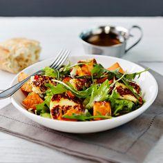Sweet Potato and Halloumi Salad Food N, Food And Drink, Halloumi Salad, Bruschetta, Feta, Sweet Potato, Salad Recipes, Spinach, Chili