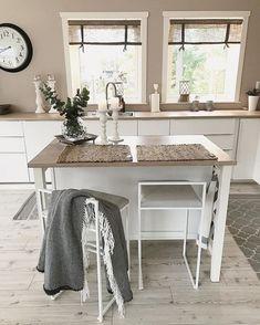 Biała kuchnia z wyspą z drewnianymi blatami - Lovingit.pl