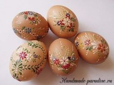 Little secrets to painting eggs and ours . - Little secrets to painting eggs and our creations - Easter Egg Crafts, Easter Projects, Painted Eggs Easter, Oster Dekor, Egg Shell Art, Easter Egg Designs, Ukrainian Easter Eggs, Egg Art, Egg Decorating