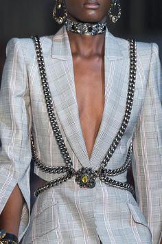 Alexander McQueen at Paris Fashion Week Spring 2019 - Details Runway Photos Look Fashion, Fashion Details, Street Fashion, Runway Fashion, Spring Fashion, High Fashion, Fashion Outfits, Womens Fashion, Fashion Design