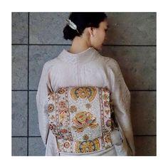 おはようございます☺︎ ご機嫌いかがでしょうか。 夏のお着物、背筋が伸びます。 帯は大好きな更紗。 今日もよい一日になりますやうに。 #haveaniceday #kimono #summer #sarasa #japanesetextiles #着物 #更紗 #赤リップ #tasaki #kuraraandkimono #くららと着物 @tasaki_intl Yukata, Japanese Kimono, Japanese Culture, Kimono Fashion, High Neck Dress, Hair Styles, Kimono Style, How To Wear, Beauty