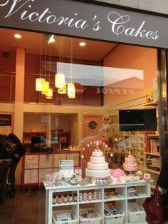 - Toc, toc, toc... ¿se puede pasar?  - Siiii!!! bienvenidos a la nueva tienda de Victoria's Cakes!!! Hoy ya podrás venir a descubrir nuestra nueva tienda en la calle Balmes junto a la Plaza Molina. Un nuevo espacio muy dulce donde encontrarás TODO LO QUE NECESITAS para COCINAR TUS PEDACITOS DE FELICIDAD! #oppening #new #reposteria #utensilios #cocinar #Barcelona #cooking