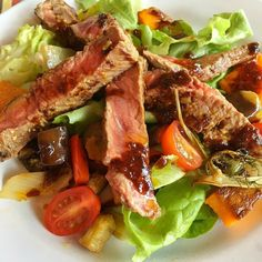 Seared steak & roast vegetable salad for lunch with sun-dried tomato dressing after our morning's #skiing at Grand Montets Argentiere. Lots of #nutrients to keep us going before the final afternoon of skiing. Had a lesson today so lots to think about! #winterfitness #wintersport #fitness #fitforforty #refuel #paleo #glutenfree #dairyfree #leanmeals #instafood #wellbeing #functionalnutrition #mountains