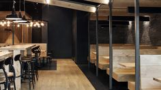 Au maximalisme de l'esprit burger, le Studio Joran Briand répond par un minimalisme des formes et des matières. Pour habiller les 170 mètres carrés du nouveau spot de l'enseigne en Val-de-Marne, le designer parisien