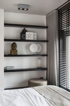 "Elegant room with wooden blinds from Zonnelux, combined with curtains. The dark shelves contrast well with the white wall. Photo: Denise Keus – ""Lifestyle"" – © Sanoma Regional Belgium N. Farmhouse Master Bedroom, Home Bedroom, Bedroom Decor, Bedroom Blinds, Bedrooms, Ideas Armario, White Shelves, Floating Shelves, Stylish Bedroom"