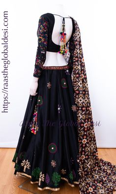 Indian Gowns Dresses, Indian Fashion Dresses, Indian Designer Outfits, Choli Designs, Lehenga Designs, Choli Blouse Design, Designer Party Wear Dresses, Kurti Designs Party Wear, Lehnga Dress
