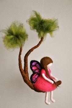 Filles Mobile Waldorf inspiré aiguille feutré : fée papillon rose dans une branche