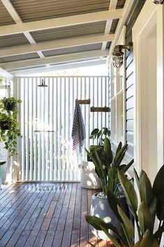 Outdoor shower in tropical holiday home. 'Contemporary luxe boho' holiday house by The Designory Surf Shack, Beach Shack, Outdoor Rooms, Outdoor Living, Outdoor Showers, Outdoor Kitchens, Byron Bay Accommodation, Fresco, Queenslander