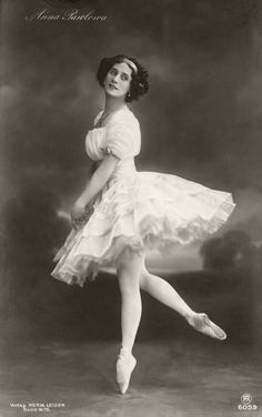 One of the first dancers from the Imperial Russian Ballet to dance in Western Europe, Anna Pavlova has been awarded near-mythical status as. Anna Pavlova, Ballerine Vintage, Ballet Vintage, Vintage Dance, Old Photos, Vintage Photos, Free Photos, Pictures Of Anna, Stock Pictures