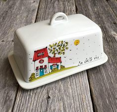 Porcelain butter dish house illustration Life is Raku Pottery, Pottery Art, Ceramic Painting, Ceramic Art, Pottery Painting Ideas Easy, Create A Logo Free, Funny Cups, Hand Painted Pottery, House Illustration