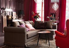 Sama huone päivällä. IKEA-mallistosta kulmasohva, sohvapöytä, matto, valaisimet ja lepotuoli.