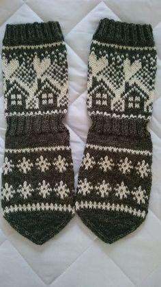 Mummon mökkisukka | Kodin Kuvalehti Wool Socks, Knitting Socks, Sweater Weather, Knitting Patterns, Diy And Crafts, Gloves, How To Make, How To Wear, Crochet Hats