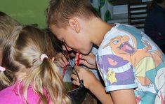 Schovávání různých hádanek, šifer či klíčů se může po čase poněkud opakovat. Co takhle umístit papírek nebo lehký předmět někam, kam se děti dostanou až po vykonání úkolu? Zajímavá menší hra pro děti., hry pro děti